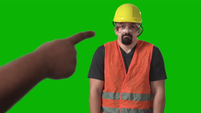 vídeos de stock e filmes b-roll de angry boss hand pointing yelling at confused construction worker chroma green screen background - máscara de proteção