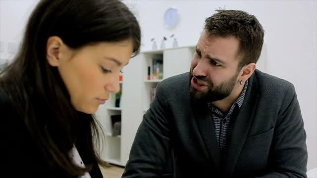 Jefe enojado gritando a su sacrificio, víctima empleador mujer y ella es sorprendido y conmocionado