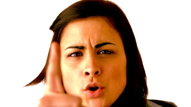 vídeos de stock, filmes e b-roll de angry brunette a gritar na câmera - apontando sinal manual