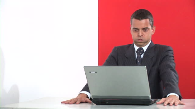 vídeos de stock e filmes b-roll de hd: empresário zangado - one mid adult man only