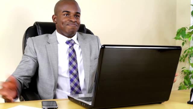 Wütend Geschäftsmann arbeiten im Büro