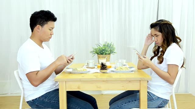 vídeos y material grabado en eventos de stock de enojado pareja con teléfono en mesa de comedor - t mobile