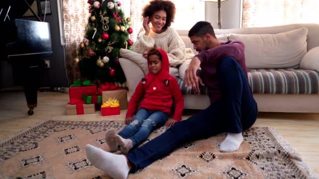 vidéos et rushes de fille en colère ouvrant le cadeau du nouvel an avec la famille - grognon
