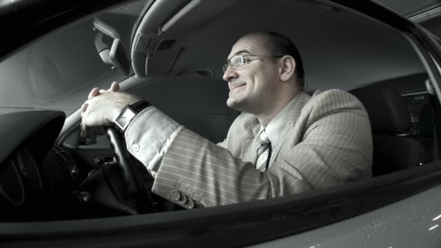 vídeos de stock, filmes e b-roll de dolly hd: angry motorista em uma garagem de automóveis - batendo com a cabeça na parede