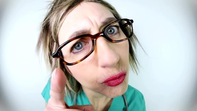 vidéos et rushes de angry fisheye infirmière gronder vidéo - doctoresse