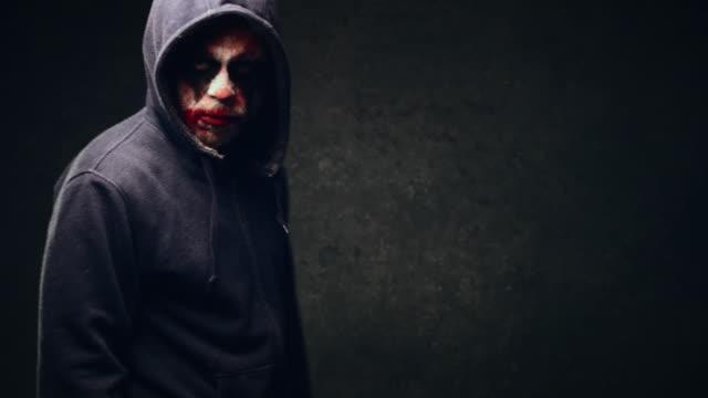 vídeos de stock, filmes e b-roll de palhaço de halloween com raiva - evil