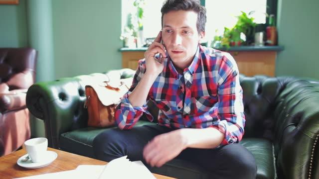 Arrabbiato Uomo parla al cellulare.