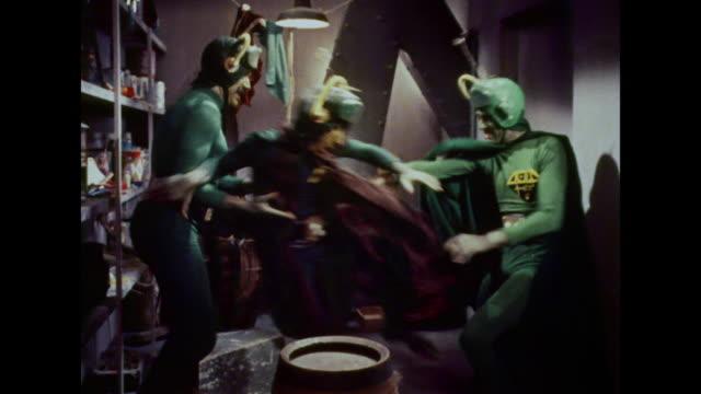 vídeos de stock e filmes b-roll de 1964 angry martians knock out the chief martian - extraterrestre