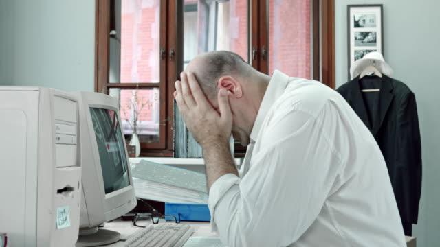 vídeos de stock e filmes b-roll de slo mo zangado escritório trabalhador tocar no computador - homens adultos