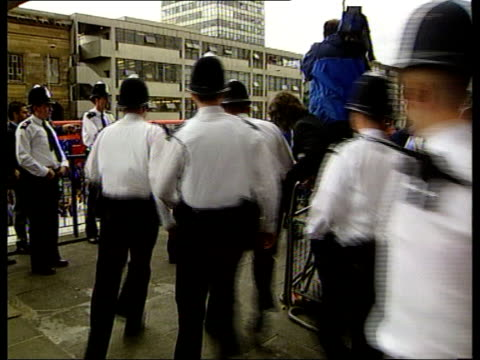 crime / angry scenes outside inquiry into murder of stephen lawrence london elephant castle int / men suspected of involvement in the murder of... - 犯罪捜査点の映像素材/bロール