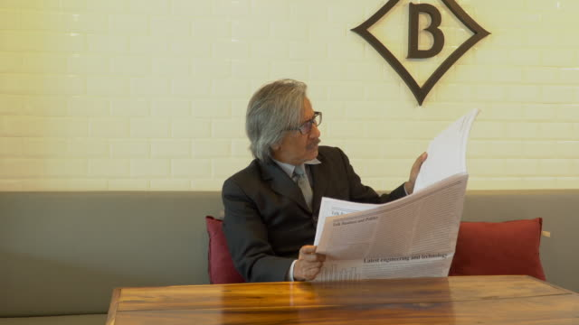 vídeos de stock, filmes e b-roll de homem de negócios sênior com raiva recebido más notícias sobre o negócio do jornal - 50 59 years