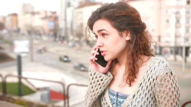 stockvideo's en b-roll-footage met boze vrouw praten over de telefoon - echtscheiding