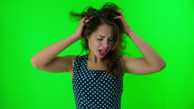 wütende frau  - grüner hintergrund stock-videos und b-roll-filmmaterial