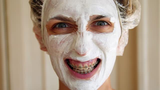vídeos de stock, filmes e b-roll de mulher jovem irritada com máscara no rosto - fisioterapeuta