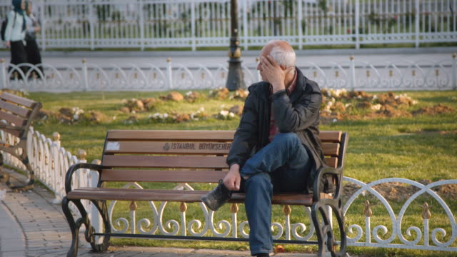 vidéos et rushes de anguished man in sultanahmet park near blue mosque, istanbul, turkey - un seul homme