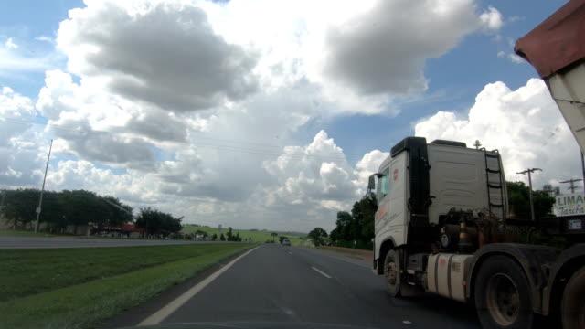 vídeos de stock, filmes e b-roll de rodovia anhanguera (br 050), estado de são paulo, brasil - caminhão
