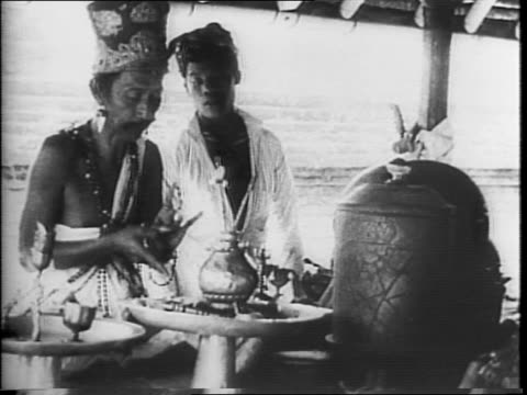 vídeos de stock e filmes b-roll de animated line from japan to island of java / dutch netherlands sailors laying mines at sea looking through periscope / borneo and sumatra footage... - 1942