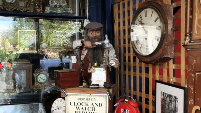 vídeos de stock, filmes e b-roll de ms animated puppet using in window display / london, united kingdom - figura masculina