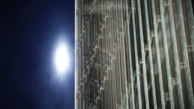 Animerade skyskrapa. Klar himmel i bakgrunden. Skjuta med anamorfisk linser