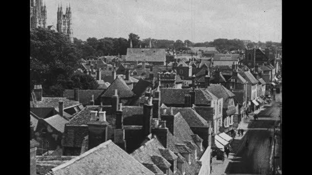 """""""views of variety"""" / vs canterbury cathedral and smaller buildings / thatched roofs and cathedral beyond / vs river stour running through town / vs... - tetto di paglia video stock e b–roll"""
