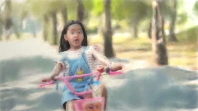 animation zeichentrickskizze, asiatische mädchen fahren fahrrad im garten - wachsamkeit stock-videos und b-roll-filmmaterial