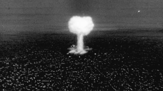 vídeos de stock, filmes e b-roll de 1956 ha animation of an atomic bomb explosion on a city and its resulting mushroom cloud / united kingdom - bomb