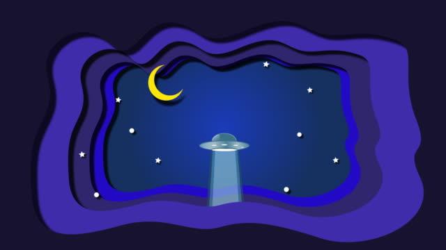 vídeos de stock, filmes e b-roll de animação do ufo ao espaço acima das nuvens e das estrelas na noite - ovni