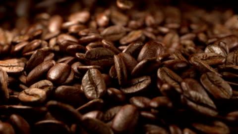 vídeos y material grabado en eventos de stock de granos de café caída - bean