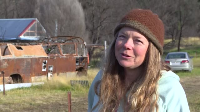 anita lawrence is one of the many bushfire victims still living in makeshift shelters months after australia's catastrophic fires of 2019-20 - übersichtsreport stock-videos und b-roll-filmmaterial