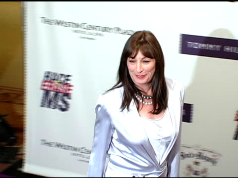 vidéos et rushes de anjelica huston at the 12th annual race to erase themed rock and royalty to erase on april 22, 2005. - race to erase ms