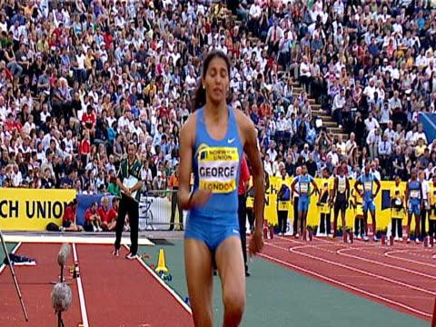 vidéos et rushes de anju george stumbles on take off falling head first into sand pit women's long jump 2005 crystal palace athletics grand prix london - trébucher