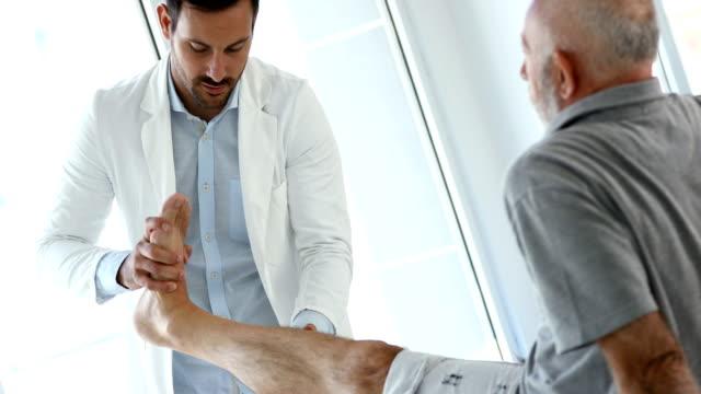 vídeos de stock, filmes e b-roll de terapia de tornozelo. - fisioterapeuta