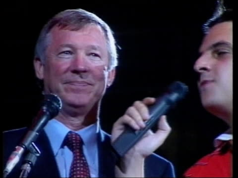 stockvideo's en b-roll-footage met adrian britton england manchester manchester evening news arena int tgv stadium filled with cheering manchester united fans sot pan as manchester... - 1999