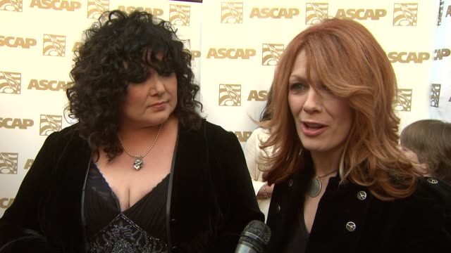 vidéos et rushes de ann and nancy wilson on receiving the ascap founder's award, the story behind 'barracuda' at the 26th annual ascap pop music awards at hollywood ca. - ascap