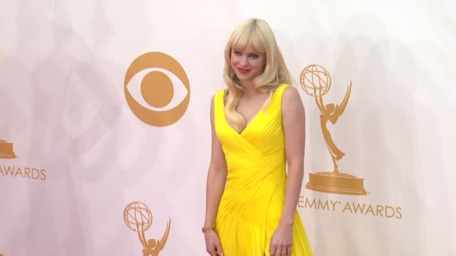 anna faris at the 65th annual primetime emmy awards arrivals in los angeles ca on 9/22/13 - annual primetime emmy awards stock-videos und b-roll-filmmaterial
