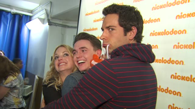 anna faris, jesse mccartney, and zachary levi at the nickelodeon's 23rd annual kids' choice awards - backstage at los angeles ca. - nickelodeon stock videos & royalty-free footage