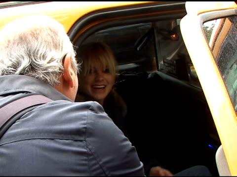 vídeos de stock, filmes e b-roll de anna faris signs autographs as she departs the ritz carlton hotel in new york 05/17/11 - autografando