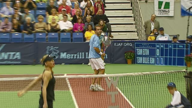anna kournikova andy roddick pete sampras and rennae stubbs at the advanta presents wtt smash hits celebrity tennis tournament at bren center... - andy roddick stock-videos und b-roll-filmmaterial