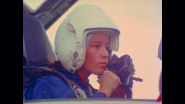 vídeos de stock e filmes b-roll de anna lee fisher, astronaut and mission specialist explains her fascination with space in voiceover while on screen she prepares and takes flight in a... - 1981