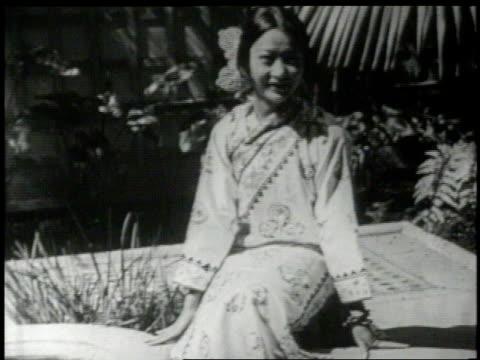 anna may wong in a garden - 1926 stock-videos und b-roll-filmmaterial