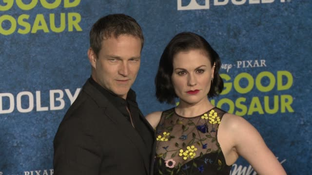 vídeos de stock, filmes e b-roll de anna paquin and stephen moyer at the good dinosaur world premiere at the el capitan theatre on november 17 2015 in hollywood california - cinema el capitán