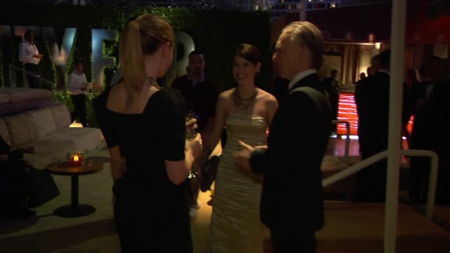 vídeos de stock e filmes b-roll de anna paquin stephen moyer and bill maher at the inside the vanity fair oscar party 2010 at west hollywood ca - west hollywood
