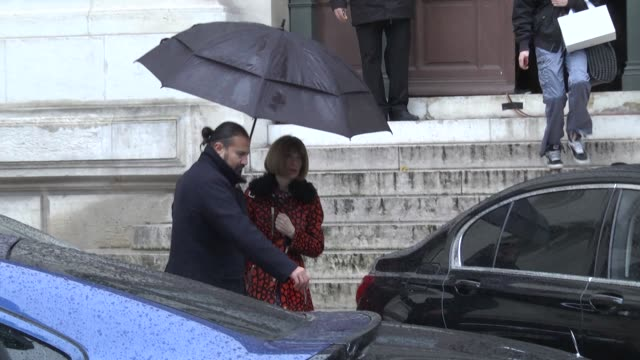 anna wintour leaves the stella mccartney show as part of the paris fashion week womenswear fall/winter 2017/2018 on march 6 2017 in paris france - stella mccartney marchio di design video stock e b–roll