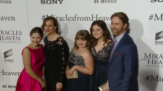 vidéos et rushes de annabel beam christy beam adelynn beam abbie beam and kevin beam at miracles from heaven los angeles premiere at arclight cinemas on march 09 2016 in... - arclight cinemas hollywood