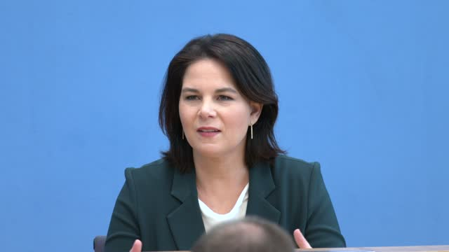 annalena baerbock, co-leader of the german greens party, speaks to the media the day after elections in the states of baden-wuerttemberg and... - politik stock-videos und b-roll-filmmaterial