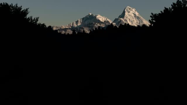 stockvideo's en b-roll-footage met annapurna range at first light. - annapurna range
