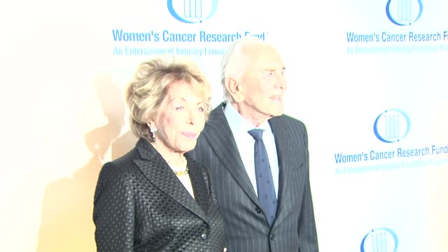 anne douglas and kirk douglas at the 14th annual unforgettable evening benefiting the entertainment industry foundation's women's cancer research... - 俳優 カーク・ダグラス点の映像素材/bロール