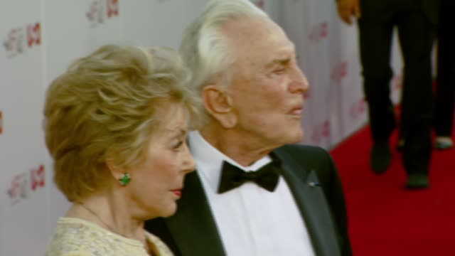 anne douglas and kirk douglas at the al pacino honored with 35th annual afi life achievement award at the kodak theatre in hollywood, california on... - 俳優 カーク・ダグラス点の映像素材/bロール