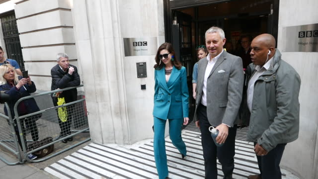 anne hathaway at bbc radio 2 at celebrity sightings in london on april 17 2019 in london england - celebrity sightings stock-videos und b-roll-filmmaterial