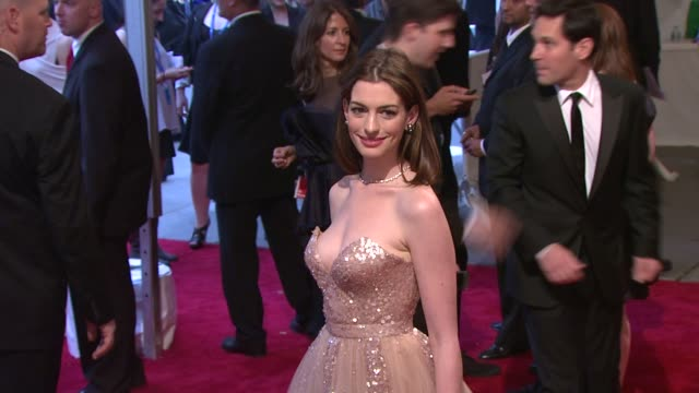 stockvideo's en b-roll-footage met anne hathaway at the 'american woman fashioning a national identity' met gala arrivals at new york ny - 2010